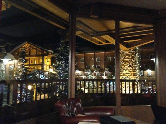 Hotel Kandahar: View from balcony on breakfast room / bar area