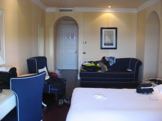 NH Livorno Grand Hotel Palazzo: Room with sofa, multiple closet areas