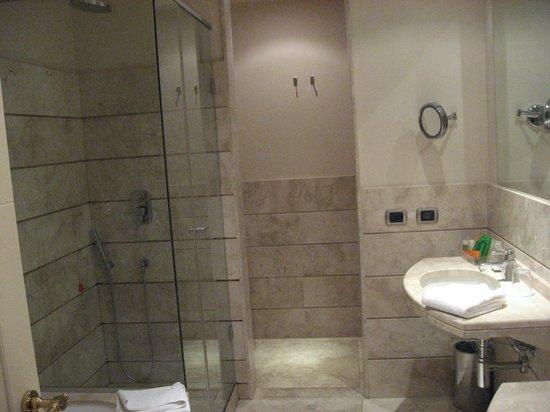 NH Livorno Grand Hotel Palazzo: Bathroom with shower, tub, 2 sinks, toilet