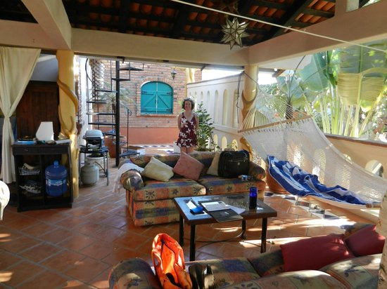 Macondo Bungalows: Seating area and spiral stairs to palapa above
