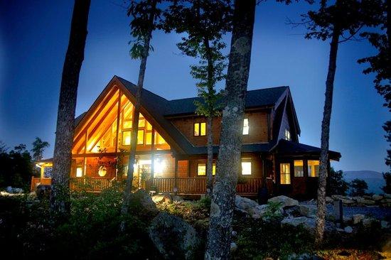 Chilhowee Mountain Retreat : Lodge at night