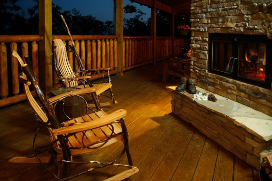 Chilhowee Mountain Retreat : Enjoy the fire on the back porch