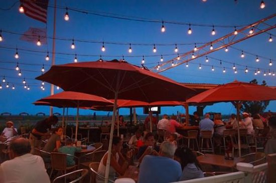 Montreal Beach Resort: Outdoor Dining at Harry's Ocean Bar & Grille