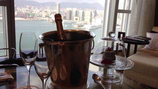 Four Seasons Hotel Hong Kong: ウエルカムシャンパン&スイーツ