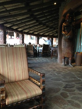 Serengeti Serena Safari Lodge : La terrasse bar