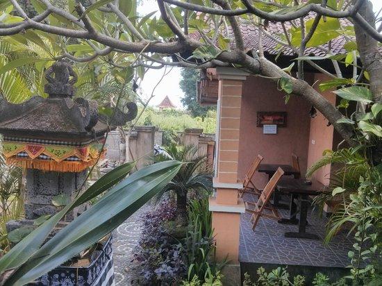 Rumahku Homestay: Blick aus dem Zimmer auf Garten, Strandtempel und Meer