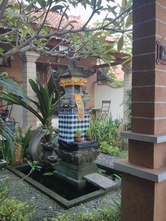 Rumahku Homestay: Haustempel von der kleinen Speiseterrasse