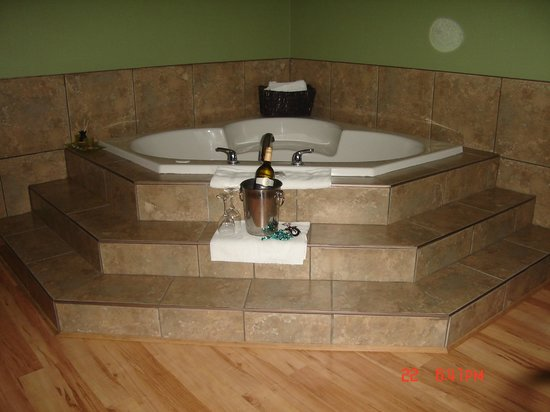 Canada's Best Value Inn & Suites : Jacuzzi tub.
