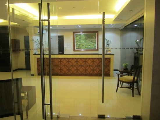 Main Hotel and Suites: Lobby