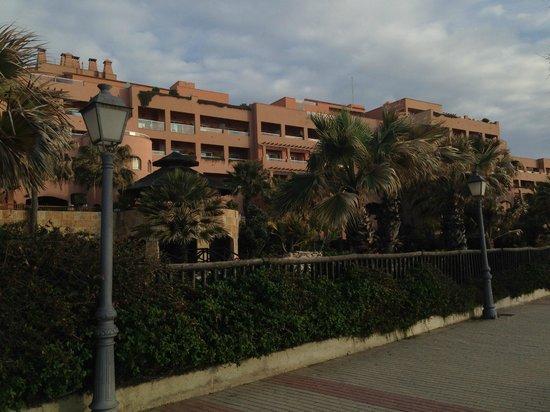 Gran Hotel Elba Estepona & Thalasso Spa: fachada del hotel desde la playa