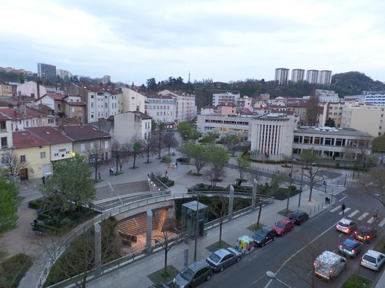 Appart'City Confort Lyon Vaise : One of the exits from Valmy metro station in front of the Hotel