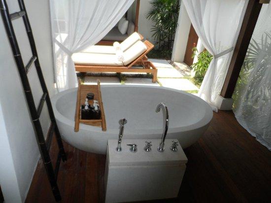 SALA Samui Choengmon Beach Resort : outdoor tub