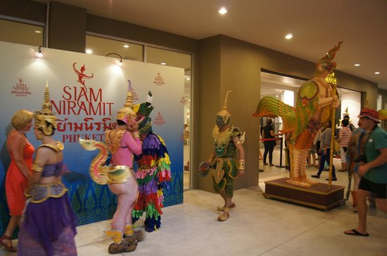Siam Niramit Phuket: Перед входом в Siam Niramit