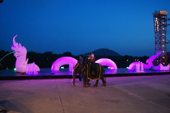 Siam Niramit Phuket: Катание всех желающих на слонах