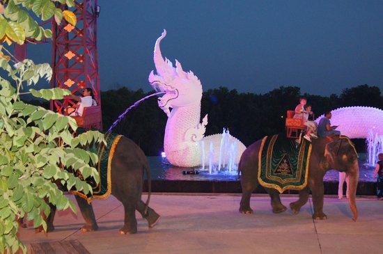 Siam Niramit Phuket: Вот такой дракоша
