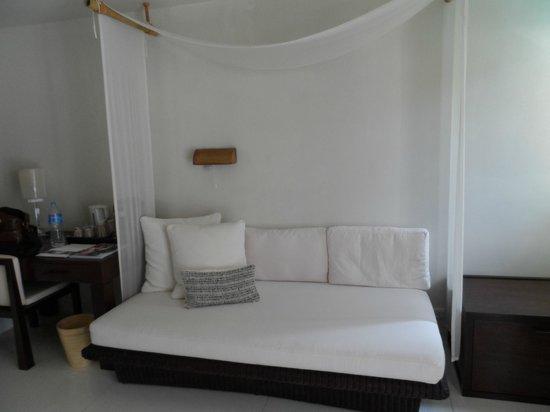 SALA Samui Choengmon Beach Resort : indoor daybed