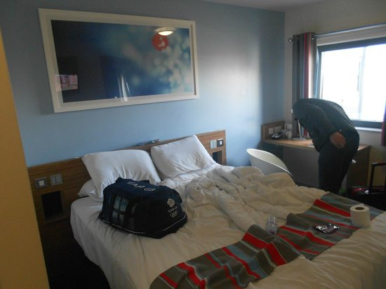 Travelodge London Stratford: The bed and room