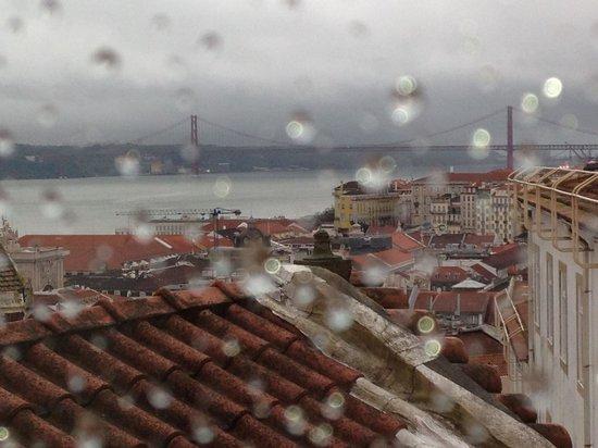 Regn över Lissabon betraktat från Solar dos Mouros
