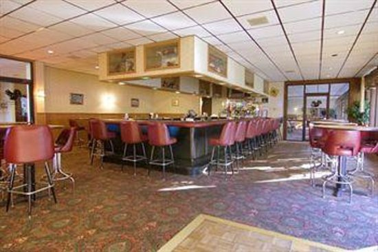 Voyageur Inn and Conference Center: Black Squirrel Lounge