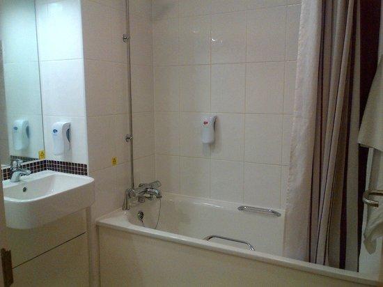 Premier Inn London Blackfriars (Fleet Street) Hotel: Convenient Bathroom (no welcome kit)