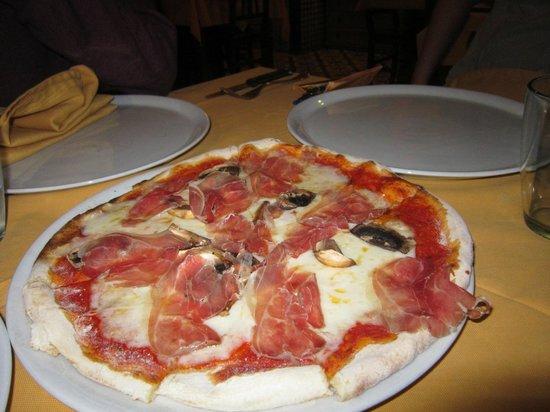 Silvestro: Pizza with Parma ham, mozzerella