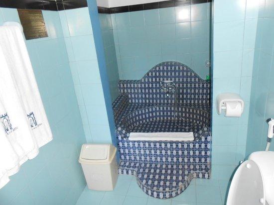 Dhow Palace Hotel: Bath