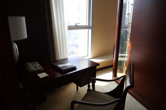 Central Hotel Shanghai: Desk with wired internet (Free)