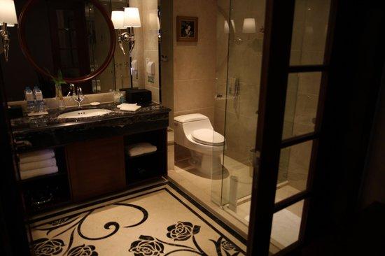 Central Hotel Shanghai: Bathroom.  Has separate shower and bath.