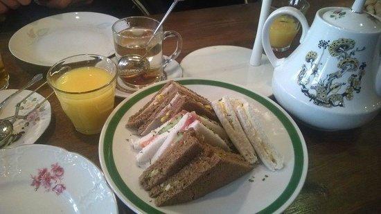 Townhouse Hotel Maastricht: High Tea (let op het servies)
