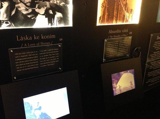 Karel Zeman Museum: Экраны, на которых показывают отрывки из мультфильмов.