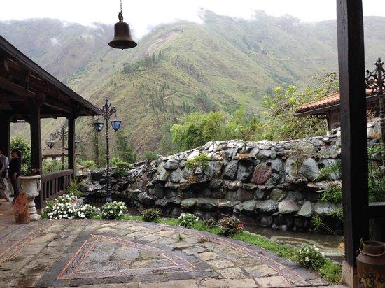 Samari Spa Resort: Exterior de recepción camino a las habitaciones