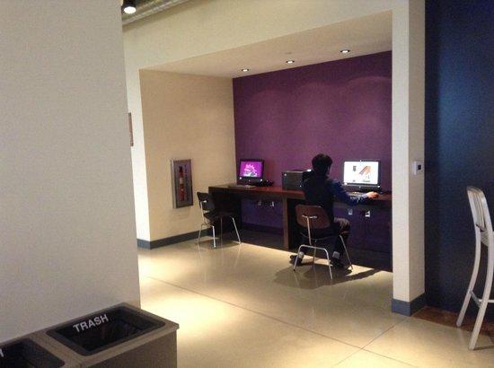 Aloft Tucson University : 小さいけどビジネスセンターで、PCとインターネットが利用できる