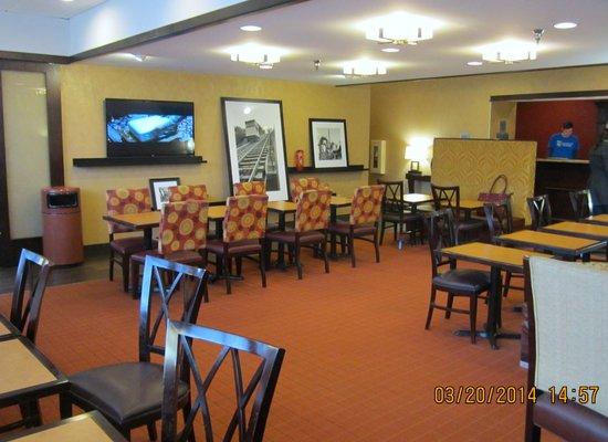 Hampton Inn Pittsburgh University/Medical Center : Breakfast/Lounge area