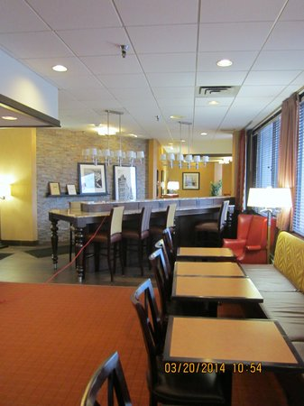 Hampton Inn Pittsburgh University/Medical Center: Another View of Breakfast/lounge area