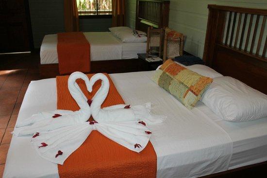 Pachira Lodge: Doppelzimmer mit dekorierten Betten