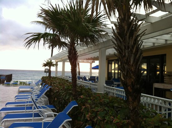 Delray Sands Resort on Highland Beach: Outside dining/bar seating