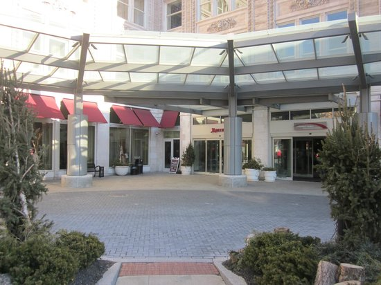 Lancaster Marriott at Penn Square: Entry way (you can't park here as they will tell you)