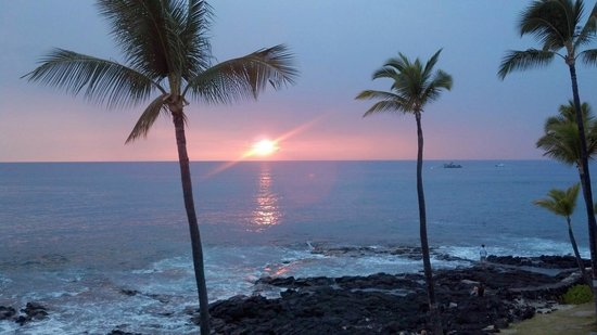 Kona Reef Resort: Sunset from the Kona Reef Condo we stayed in was beautiful!