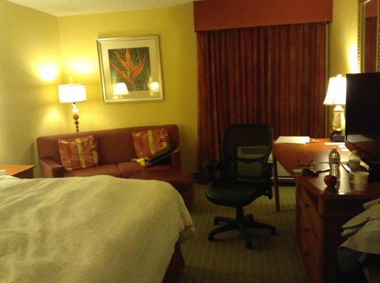 Hampton Inn Tropicana: 寝室とベッド