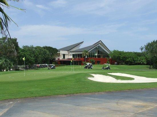 El Camaleon Mayakoba Golf Club : Clubhouse and practice green