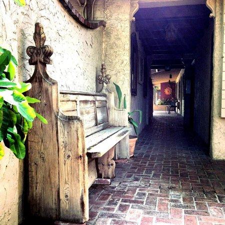 فيلا رويال إن: Walkway