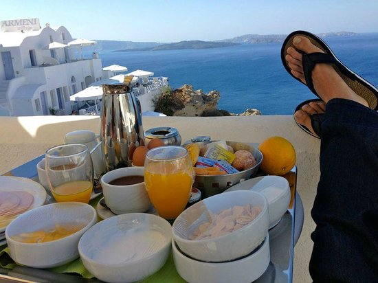 Armeni Village Rooms & Suites: Breakfast delivered each morning to our balcony