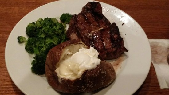 Lone Star Steakhouse & Saloon: Delmonico with baked potato and steamed broccoli