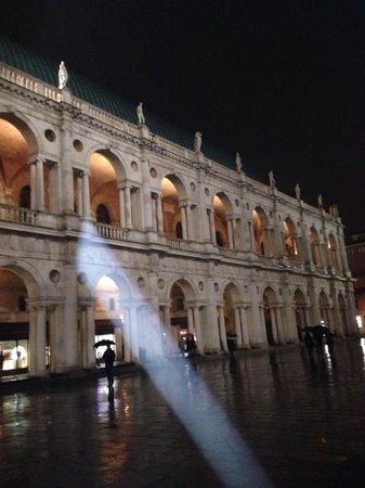Basilica Palladiana : Di notte un raggio