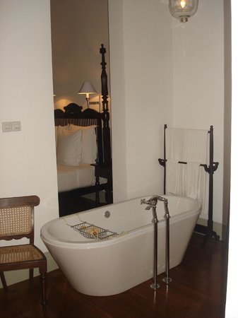 Old fashioned and fabulous bath tub at Room 12 in Amangalla Hotel in Galle