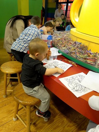 Crayola Experience : Coloring with a ton of crayons
