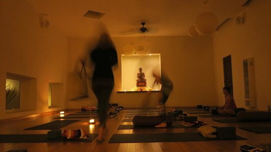 Prana del Mar: Moon yoga studio - a beautiful space set a little below the ground.