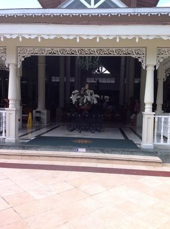 Luxury Bahia Principe Ambar Don Pablo Collection : The main bar area