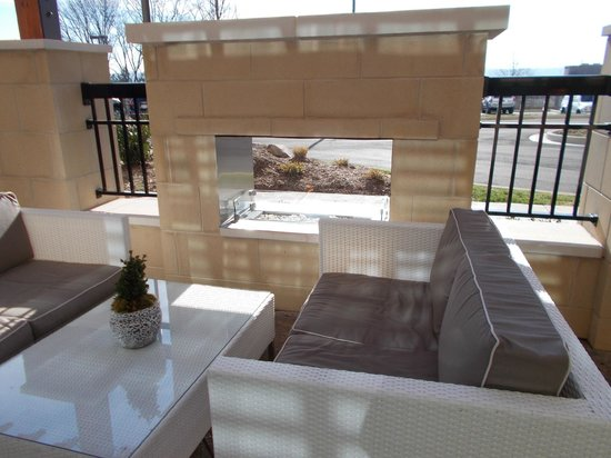 Hampton Inn & Suites Chattanooga/Hamilton Place: Outdoor Fireplace