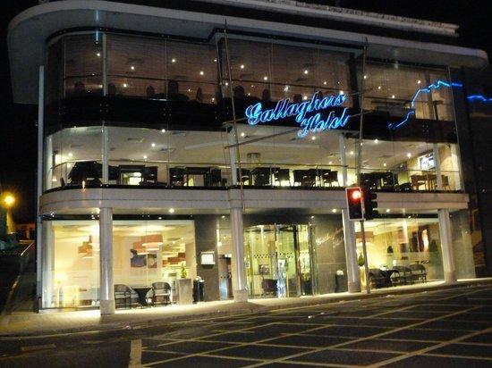 Mcgettigan's Hotel Letterkenny : Hotel at night.